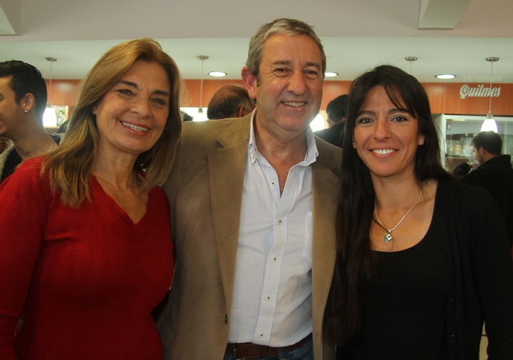 La senadora mendocina Pamela Verasay (derecha) en la campaña de 2015, junto a Julio Cobos y a Laura Montero.