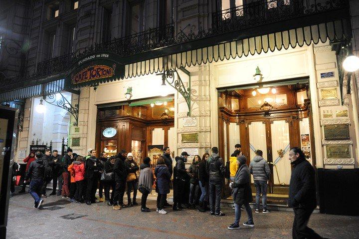 El Café Tortoni, uno de los íconos de Avenida de Mayo, donde locales y turistas hacen fila todos los días del año.