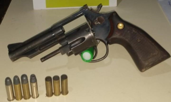 El revólver que tenía el adolescente de 16 años acusado de matar a un remisero y dispararle a otro hombre, en José C. Paz.