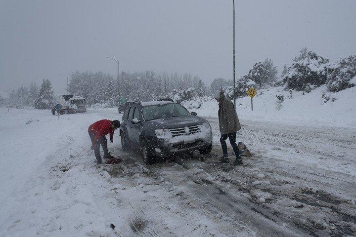 Los pasos fronterizos están cerrados y los vehículos que circulan por las rutas deben usar cadenas para evitar atascarse en la nieve. Foto: Marcelo Martínez