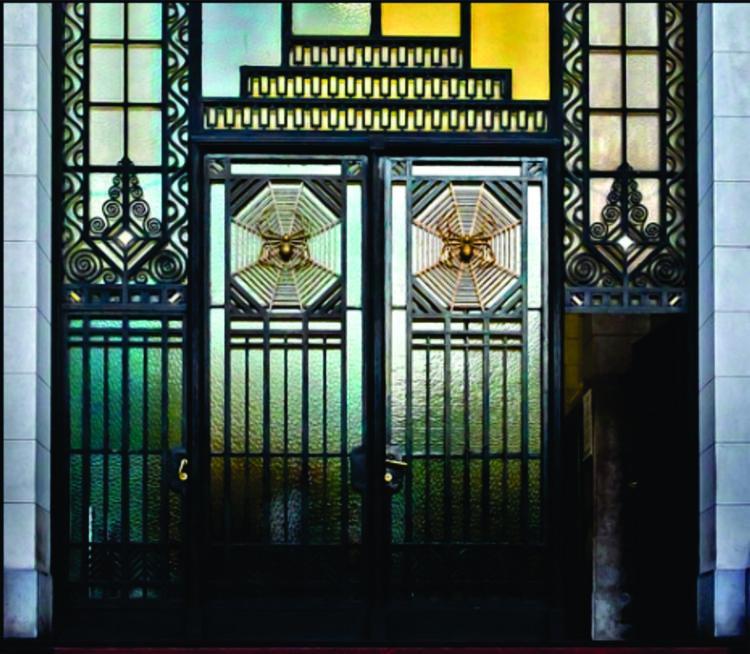 Detalle de las arañas en las puertas de entrada.