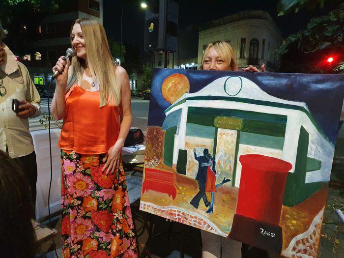 La artista plástica Roxana Rinesi entregó una obra de su autoría al café notable El Viejo Buzón.